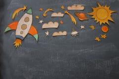 Rocket-Schnitt vom Papier und über Klassenzimmer-Tafelhintergrund gemalt stockbild