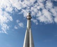 Rocket sur le fond de ciel bleu Photos stock