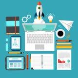Rocket- und Laptop-Firmenneugründungsarbeitsplatz Stockbild