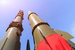 Rockets der Rakete komplexes Iskander werden aufwärts auf dem Hintergrund des blauen Himmels verwiesen stockfotografie