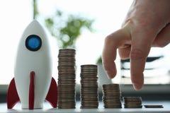 Rocketship-Stand mit der bereiten Münzenreihe gehen zum Mond stockfotografie