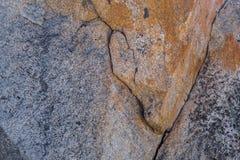 Rockface med sprickor, åder och multipelfärger Arkivbilder