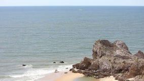 Rockfall στη θάλασσα απόθεμα βίντεο
