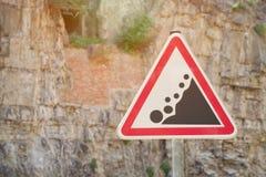 Rockfall do cuidado do sinal de estrada, na perspectiva de uma rocha foto de stock royalty free