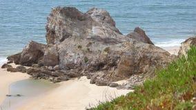 Rockfall herein zum Meer stock footage