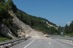Rockfall sur la route Photographie stock libre de droits