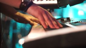 Rockfestival mit vielen berühmten Bands auf dem Freilicht Ein Klavierspieler führen durch stock video