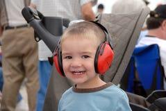 Espectador novo que aprecia festival aéreo. Imagem de Stock