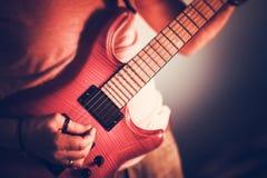 Rockman吉他弹奏者特写镜头 免版税库存照片