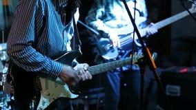 Rockmusiker, der elektrische Gitarre auf Konzert spielt stock video