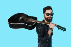 Rockmusiker, der mit Gitarre aufwirft Stockfoto