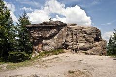 Rockowa formacja na Kyrkawica wzgórzu w Beskids górach z drabiną Zdjęcie Stock