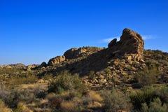 Rockowa formacja pod niebieskim niebem Zdjęcia Stock