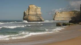 Rockowa formacja przeglądać od Gibson kroków wyrzucać na brzeg przy dwanaście apostołem na wielkiej ocean drodze zbiory