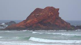 Rockowa formacja Przy ocean plażą zbiory wideo