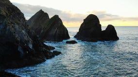 Rockowa formacja w morzu przy półmrokiem 4k zdjęcie wideo