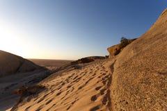 Rockowa formacja w Namib pustyni w zmierzchu, krajobraz Zdjęcie Stock