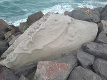 Rockowa grafika na breakwall Noby& x27; s Przylądkowy NSW Australia zdjęcie stock