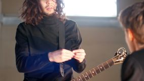 Rockowa grupa ma powtórkę Gitarzysta wyjaśnia dla rytmu dobosz zdjęcie wideo