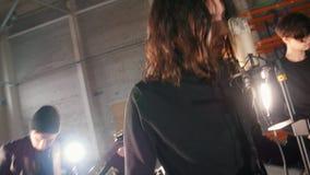 Rockowa grupa ma powtórkę w dużym pokoju Ludzie w czerni ubraniach bawi? si? ich cz??ci zbiory wideo