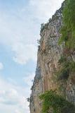 Rockowa halna faleza i niebieskie niebo fotografia stock
