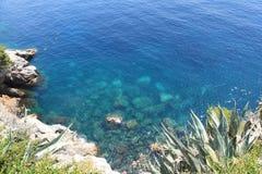 Rockowa linia brzegowa w Chorwacja - natury podróży tło jasna woda Adriatycki morze fotografia royalty free