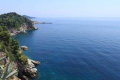 Rockowa linia brzegowa w Chorwacja - natury podróży tło jasna woda Adriatycki morze dzień sanny obraz stock