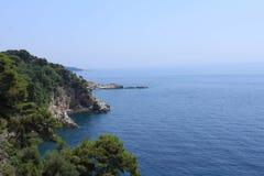 Rockowa linia brzegowa w Chorwacja - natury podróży tło jasna woda Adriatycki morze słoneczny dzień panorama piękna obrazy royalty free