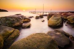 Rockowa plaża przy małą wyspą Obrazy Royalty Free