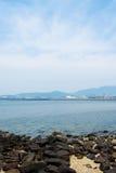 Rockowa plaża i niebo Zdjęcia Stock