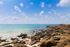 Rockowa plaża nad seacoast Obrazy Stock