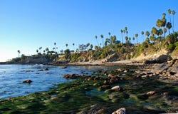 Rockowa stos plaża przy Niskim przypływem w laguna beach, Kalifornia Zdjęcia Royalty Free