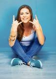 Rockowa stylowa kobieta z długie włosy obsiadaniem na podłoga Obraz Stock