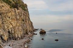 Rockowe falezy na wybrzeżu morze Zdjęcia Royalty Free