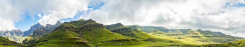 Rockowe formacje Drakensberge przy Mkhomazi pustkowia terenem Zdjęcie Stock
