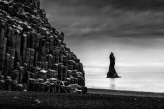 Rockowe formacje w Reynisfjara Reynisdrangar & plaży Fotografia Stock