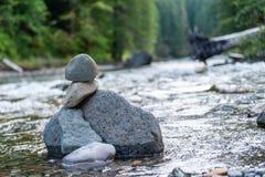 Rockowe formacje w rzece fotografia stock