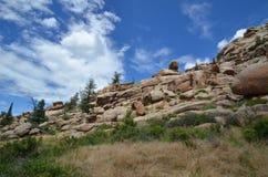 Rockowe formacje z pięknym niebieskim niebem Zdjęcie Royalty Free