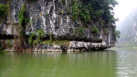 Rockowe góry żlobią drzewami i wodą zdjęcia royalty free
