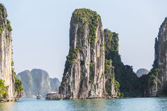 Rockowe wyspy blisko spławowej wioski w Halong zatoce, Wietnam zdjęcie royalty free