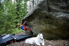 Rockowego arywisty dziewczyna na głazie Krańcowy sporta pięcie Wolność fotografia stock