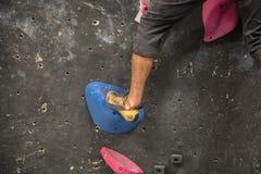 Rockowego arywisty pięcie na ścianie - Salowy wspinaczkowy gym zdjęcie royalty free