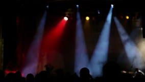 Rockowego koncerta scena z barwionymi światłami reflektorów i dymem zdjęcie wideo