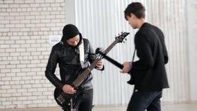 Rockowej grupy powtórka Dwa mężczyzny bawić się gitarę trwanie naprzeciw each inny zdjęcie wideo