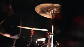 Rockowi artyści emocjonalnie wykonuje na scenie w klubie zbiory