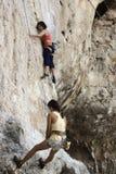 Rockowi arywiści wspina się ścianę na Phra Nang plaży Zdjęcia Stock