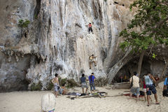 Rockowi arywiści wspina się ścianę na Phra Nang plaży Fotografia Royalty Free