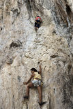 Rockowi arywiści wspina się ścianę na Phra Nang plaży Obrazy Royalty Free