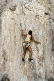 Rockowi arywiści wspina się ścianę na Phra Nang plaży Zdjęcie Royalty Free