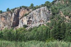 Rockowi grobowowie biorą gości brać przespacerowanie przez stron historia i brać one różny świat Fethiye, Turcja fotografia stock